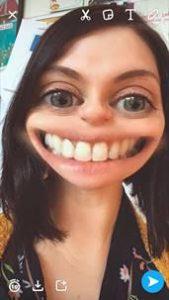 Karina Feirtéar ag úsáid Snapchat