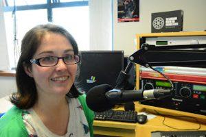Katie McGreal ós comhair micreafón raidió